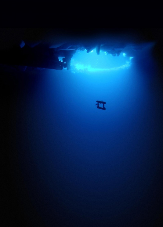 水下机器人带你看南极海冰